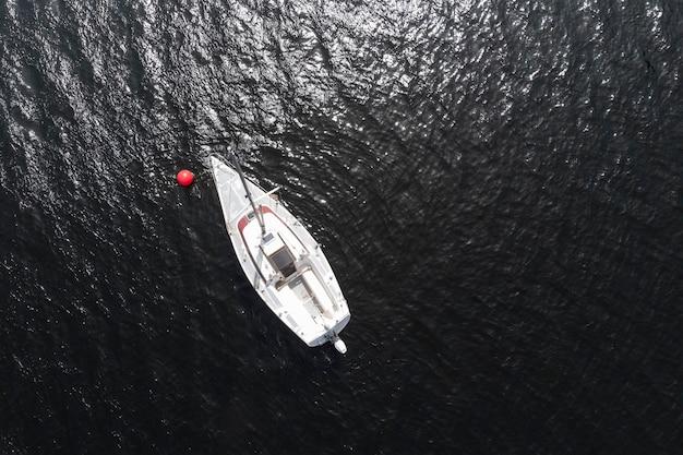 Transportconcept met bovenaanzicht van de boot