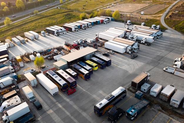 Transportconcept met geparkeerde bussen