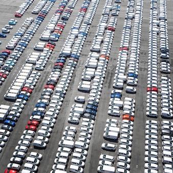 Transportconcept met geparkeerde voertuigen