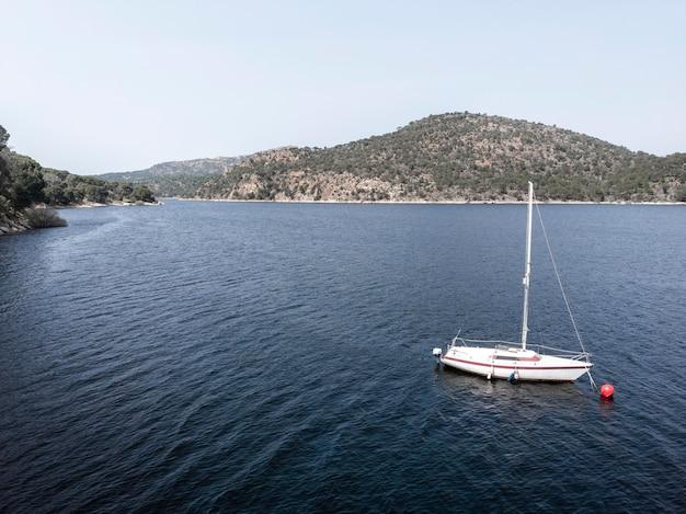 Transportconcept met luchtfoto van de boot