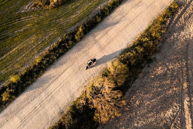 Transportconcept met motorfiets luchtfoto