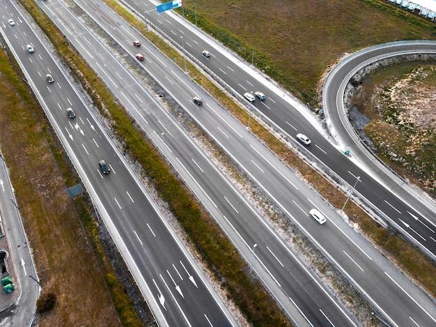 Transportconcept met voertuigen op de weg