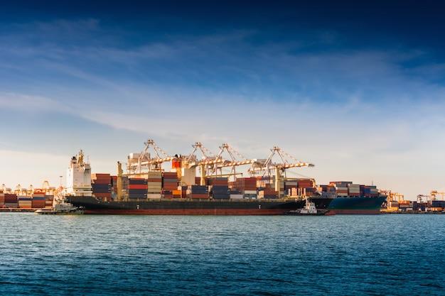 Transportindustrie en scheepvaartlogistiek laaddokterminal.