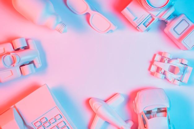 Transportvoertuig; telefoon; gloeilamp; spektakel en camera over roze achtergrond