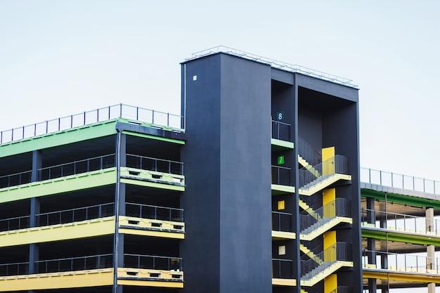 Trap aan de zijkant van een kleurrijk parkeerterrein met meerdere verdiepingen