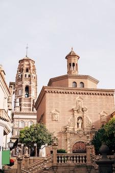 Trap die leidt naar de kathedraal van st. james in de stad santiago de compostela in galicië tegen