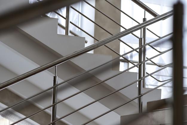 Trap in een gebouw met metalen reling
