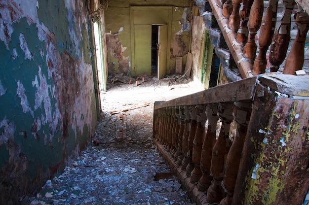 Trap in een verlaten gebouw