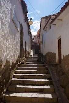Trap in smalle steeg van het district van san blas, cusco, peru
