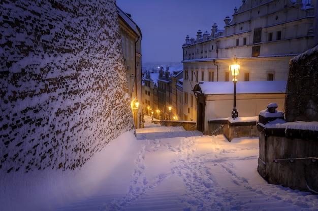 Trap naar de praagse burcht bedekt met sneeuw