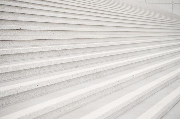 Trap op grijze cementachtergrond in parijs, frankrijk. symmetrie en geometrie. droom, perspectief, vooruitgang en toekomstig succesconcept