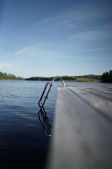 Trappen die leiden naar het meer in het midden van een bergachtig landschap