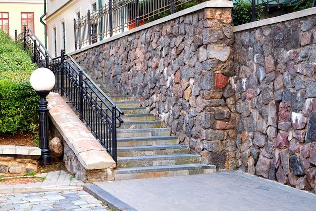 Trappen en stenen muur van een gebouw