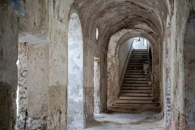 Trappen van een oud verlaten klooster