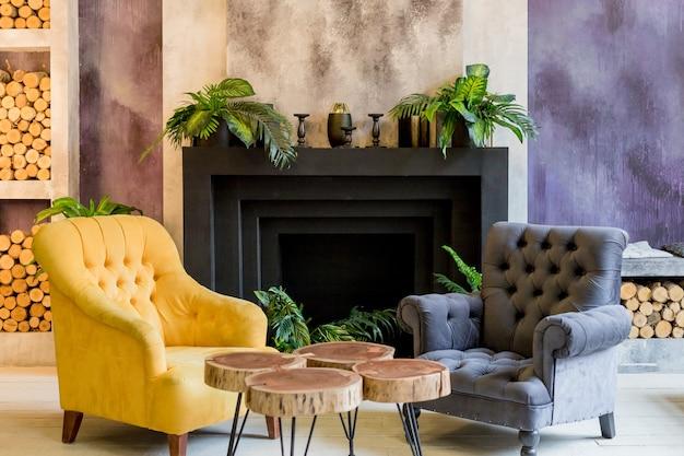 Travertijn huis, interieur van comfortabele moderne woonkamer. moderne kamer en decoratieve huis achtergrond open haard en houten decoratie, elegant meubilair. open haard zithoek met twee stoelen