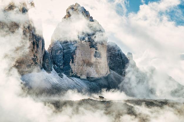 Tre cime di lavaredo nationaal park beroemde toppen bedekt met wolken, geweldig uitzicht op de alpen