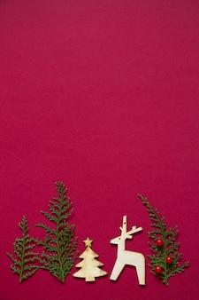 Treeline vorm gemaakt van thuja takken en houten figuren van kerstmis