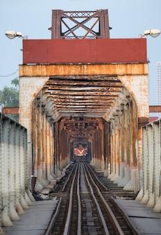 Trein die op oude spoorweg op lange bien-brug in hanoi loopt
