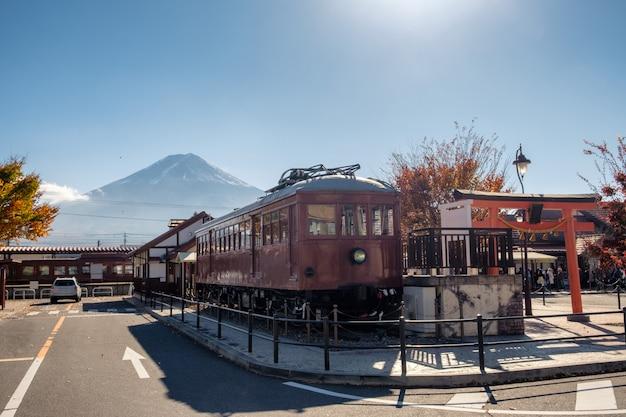 Trein in japans station met berg fuji