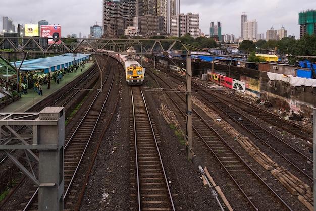 Trein naar de stad mumbai