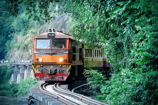 Trein op de brug van thailand
