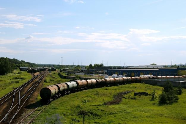 Trein op een spoorweg die zich van industrieel pakhuis beweegt