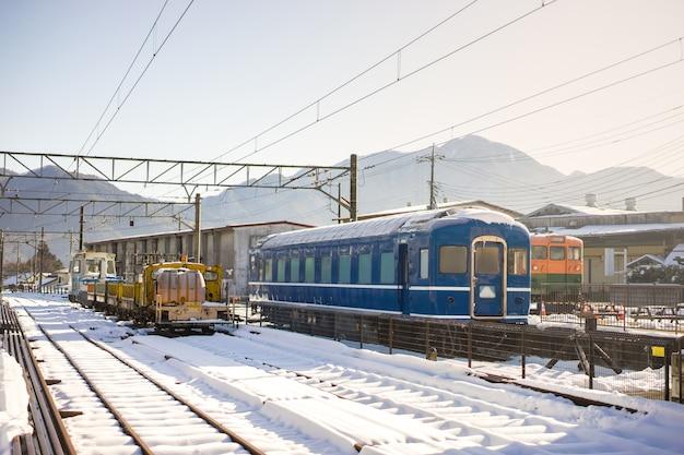 Trein op spoorweg, sneeuw op spoorweg, het vervoer van japan