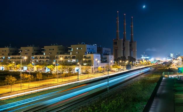 Trein over een industriële zone