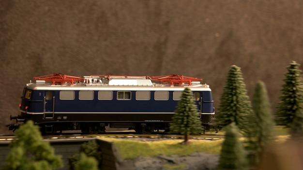 Trein rijdt door een landschap.