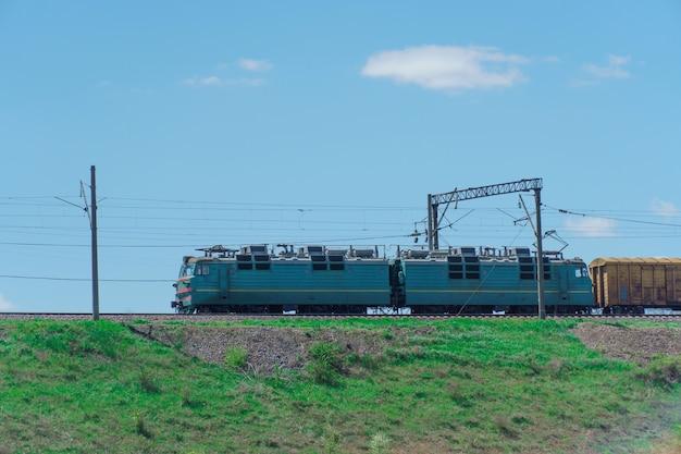 Trein rijdt tegen de groene natuur in. prachtig zomers landschap