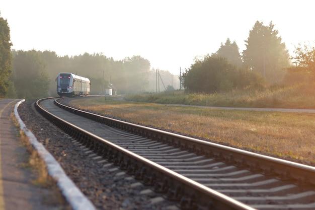 Trein verlaat het station op mistige ochtend