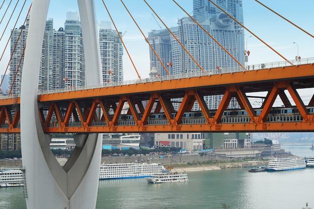 Treinen lopen door de yangtze-rivierbrug in chongqing, china