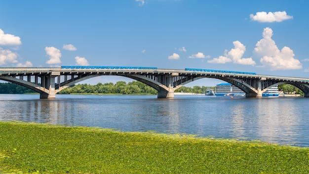 Treinen op de metrobrug over de dnjepr in kiev