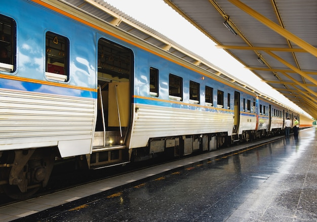 Treinen stoppen met wachten op passagiers in het station