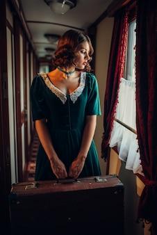 Treinreis vrouw in vintage treincoupé