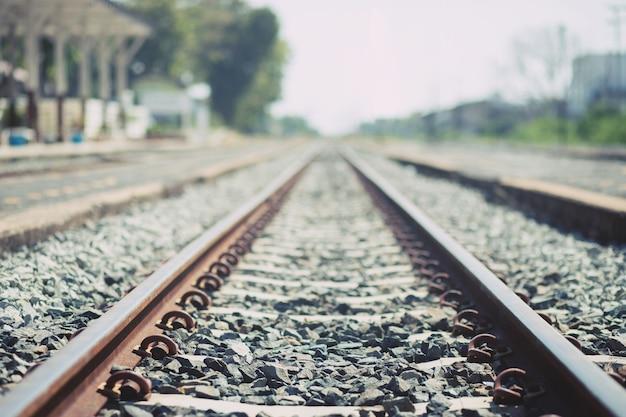 Treinstation vintage spoorlijnen in grunge en platform. spoorweg retro-stijl en oud. transport reizen concept.