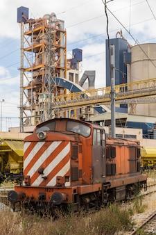 Treinwagen met de industriële bouw fabriek