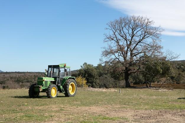 Trekker in een groen veld op een boerderij