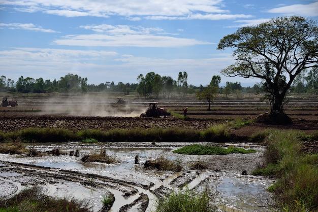 Trekker is boeren in het boerenlandschap