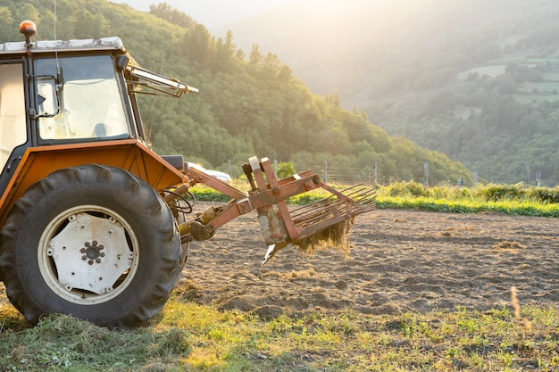 Trekker met apparatuur voor het oogsten van aardappelen. landbouw. landelijke wereld.