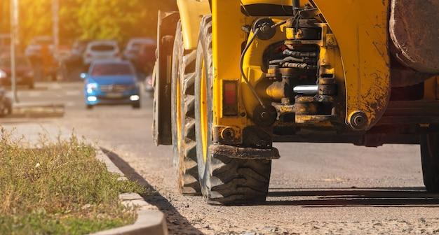 Trekker op bouwplaats, close-up van de grote wielen, banner