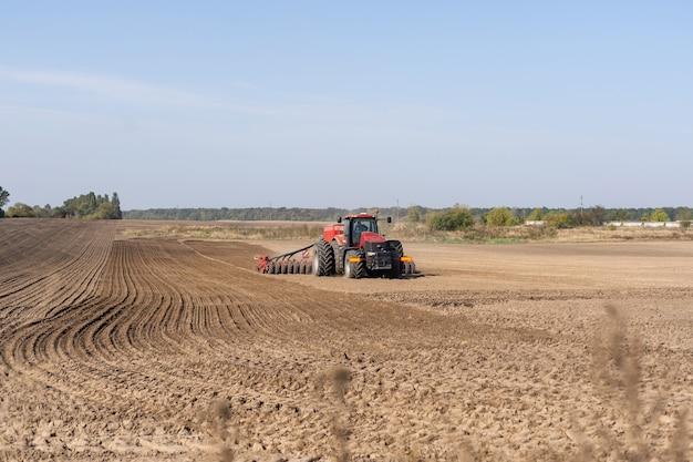 Trekker op een boerenveld