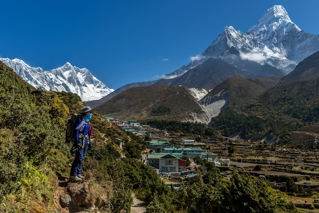 Trekker op everest base camp-route met ama dablam, nepal.