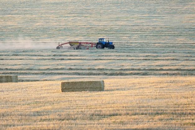 Trekker ploegen het veld na de oogst