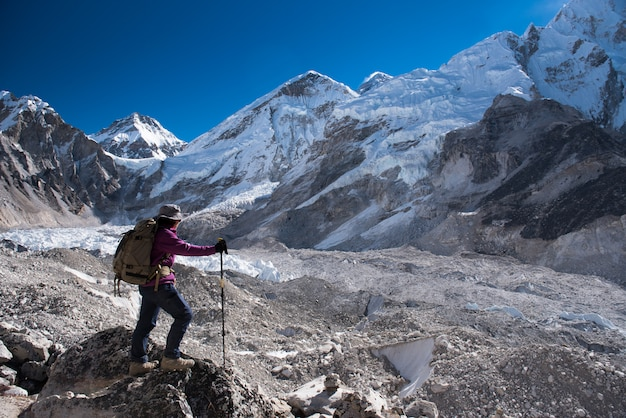 Trekkerkruis op het everest-basiskamp 3 passeer op lobuche naar gokyo, nepal op winter