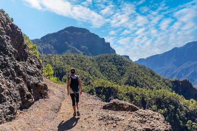 Trekking bovenop la cumbrecita zittend in het natuurlijke gezichtspunt in caldera de taburiente, la palma