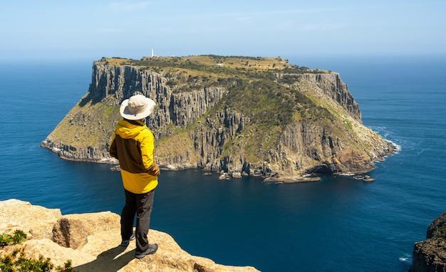 Trekking in tasman peninsula, tasmania, australië.