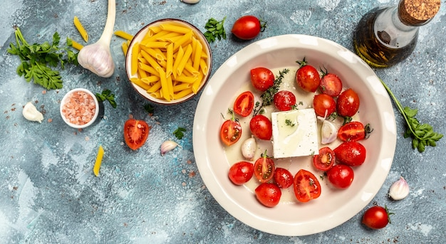 Trending fetapasta warme salade met gebakken tomaten en feta