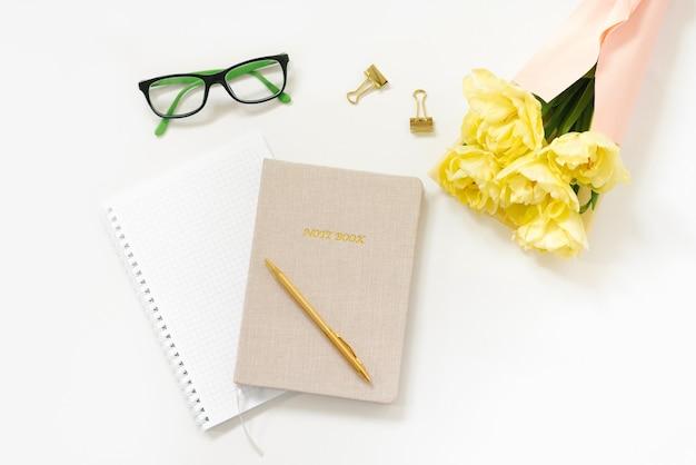 Trending minimalistisch plat leggen van de werkplek van een blogger.