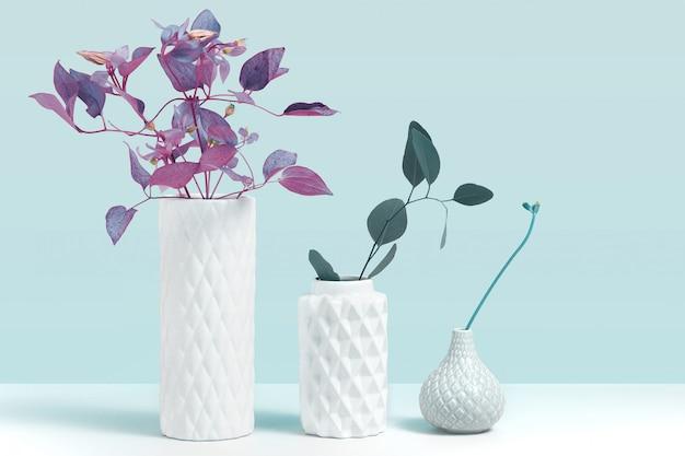 Trending ultraviolette kleur plant in vaas. modelbeeld met sierplanten in moderne witte ceramische vaas die zich op grijze lijst tegen blauwe achtergrond bevinden. concept voor bloemenwinkel met ruimte voor design